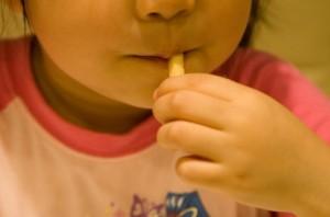 ポテトを食べる子ども